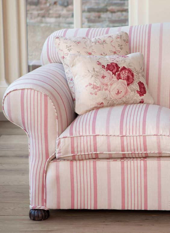 Forrás: http://kateforman.co.uk/portfolio-items/pink-ticking-sofa-with-roses-and-sprig-cushions/